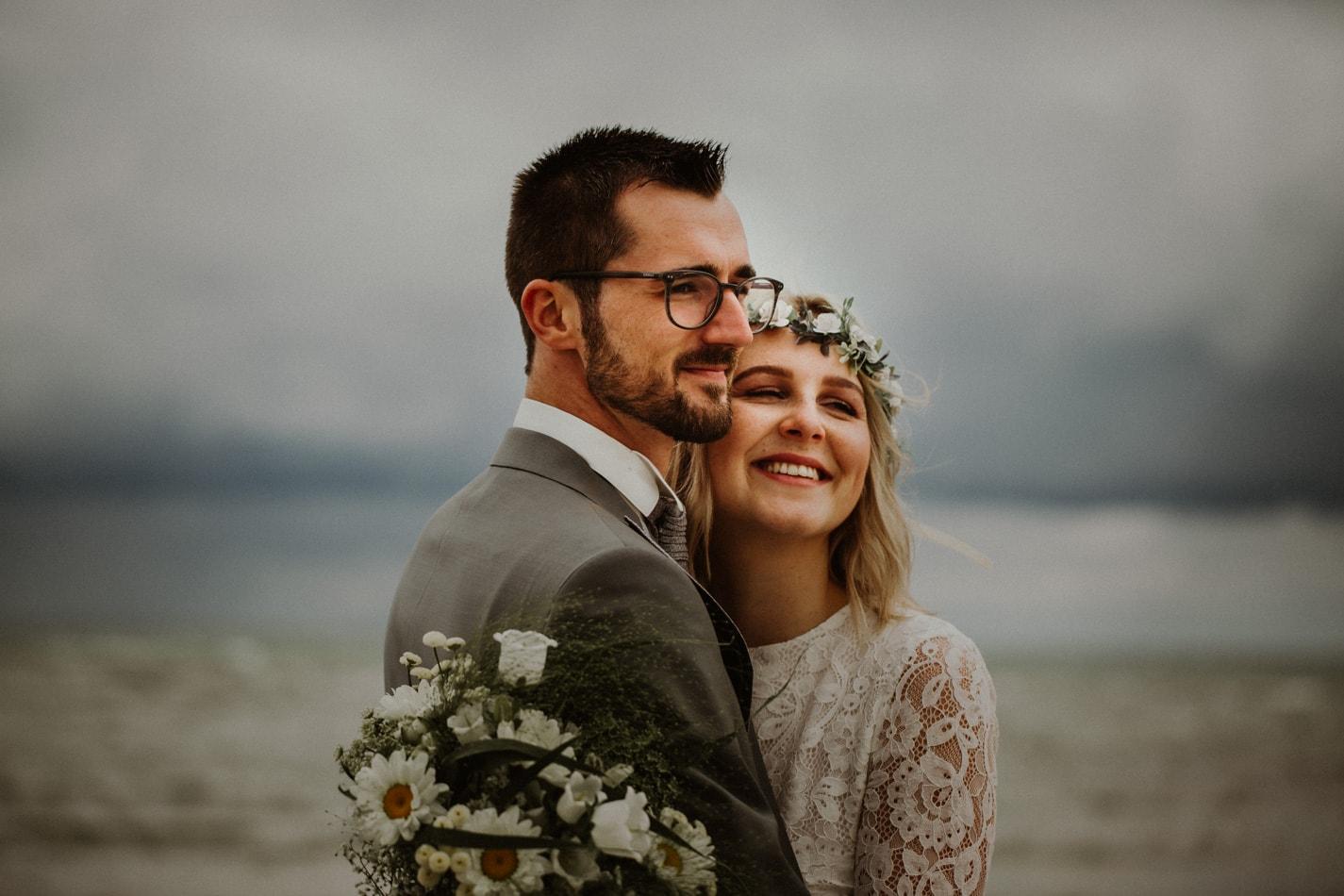 Brautpaar in Stein während Hochzeitsshooting am Strand