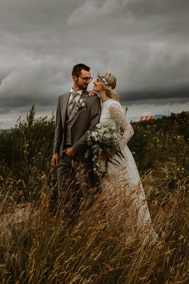 Braut und Bräutigam während Hochzeitsshooting am Strand in Stein