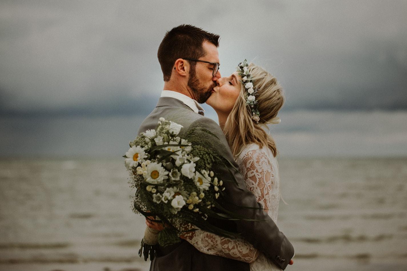 Hochzeitsfotoshooting am Strand in Stein in Schleswig Holstein