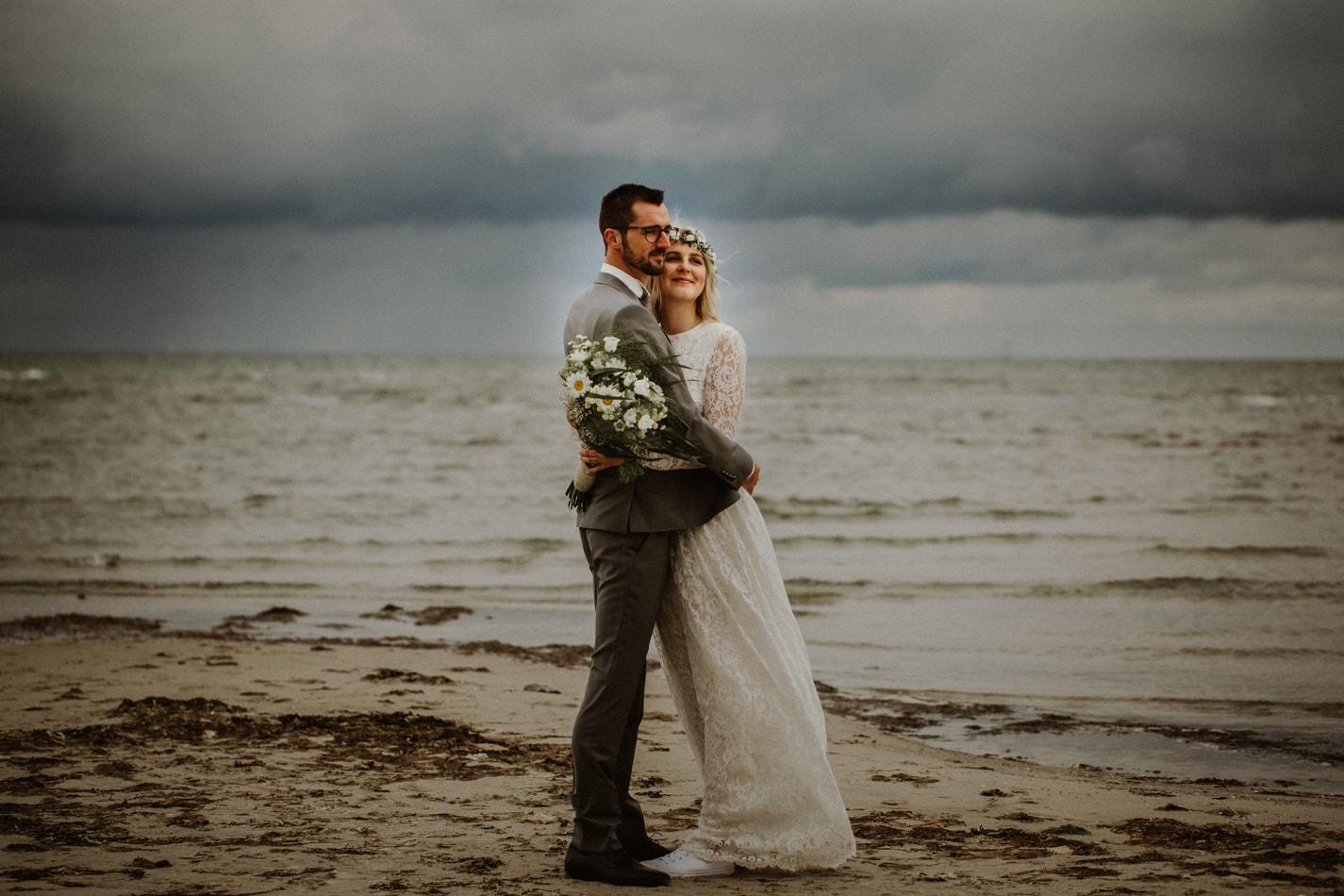 Hochzeitsfotoshooting am Strand in Stein