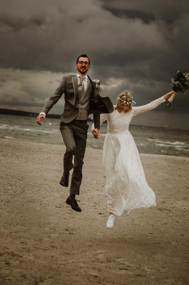 Lustige Hochzeitsfotos am Strand in Stein