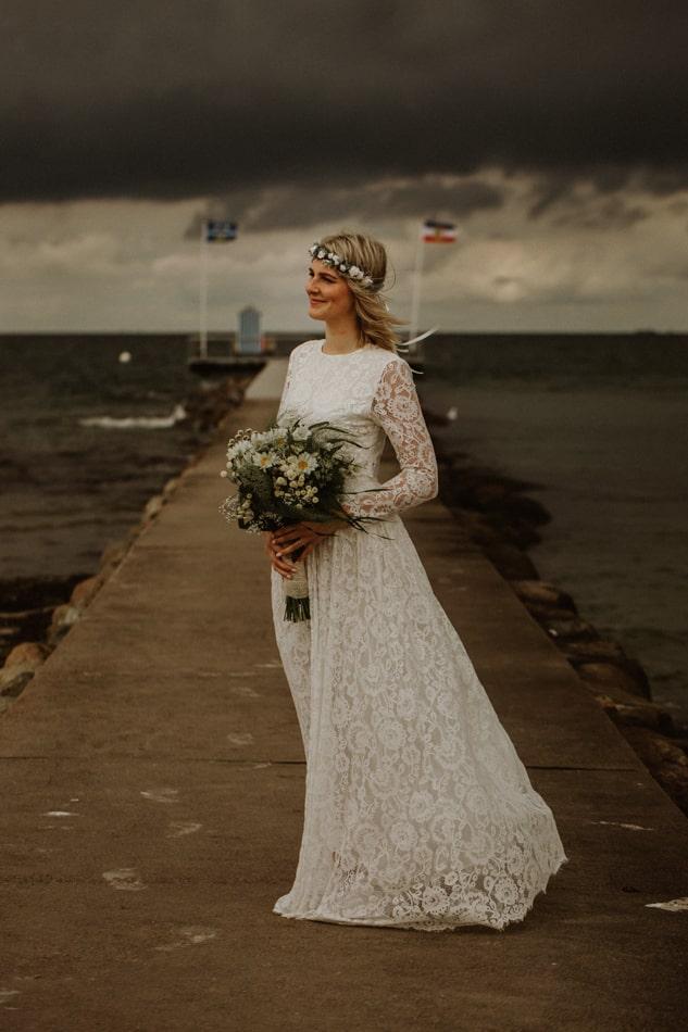 Schöne Braut in Stein am Strand