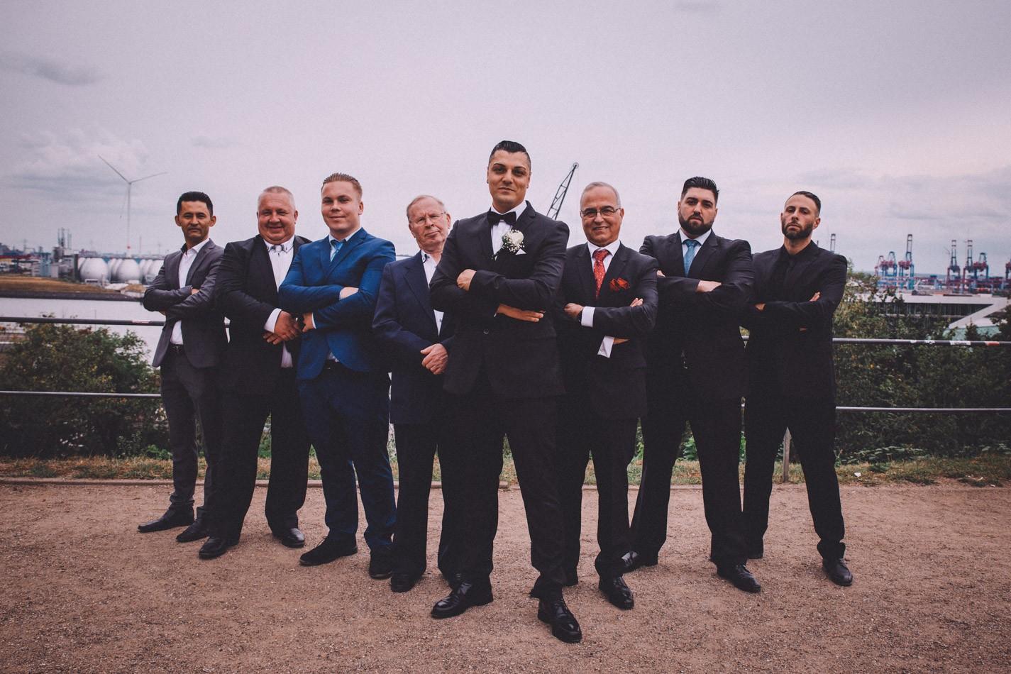 Bräutigam und alle Männer während der Hochzeit in Hamburg
