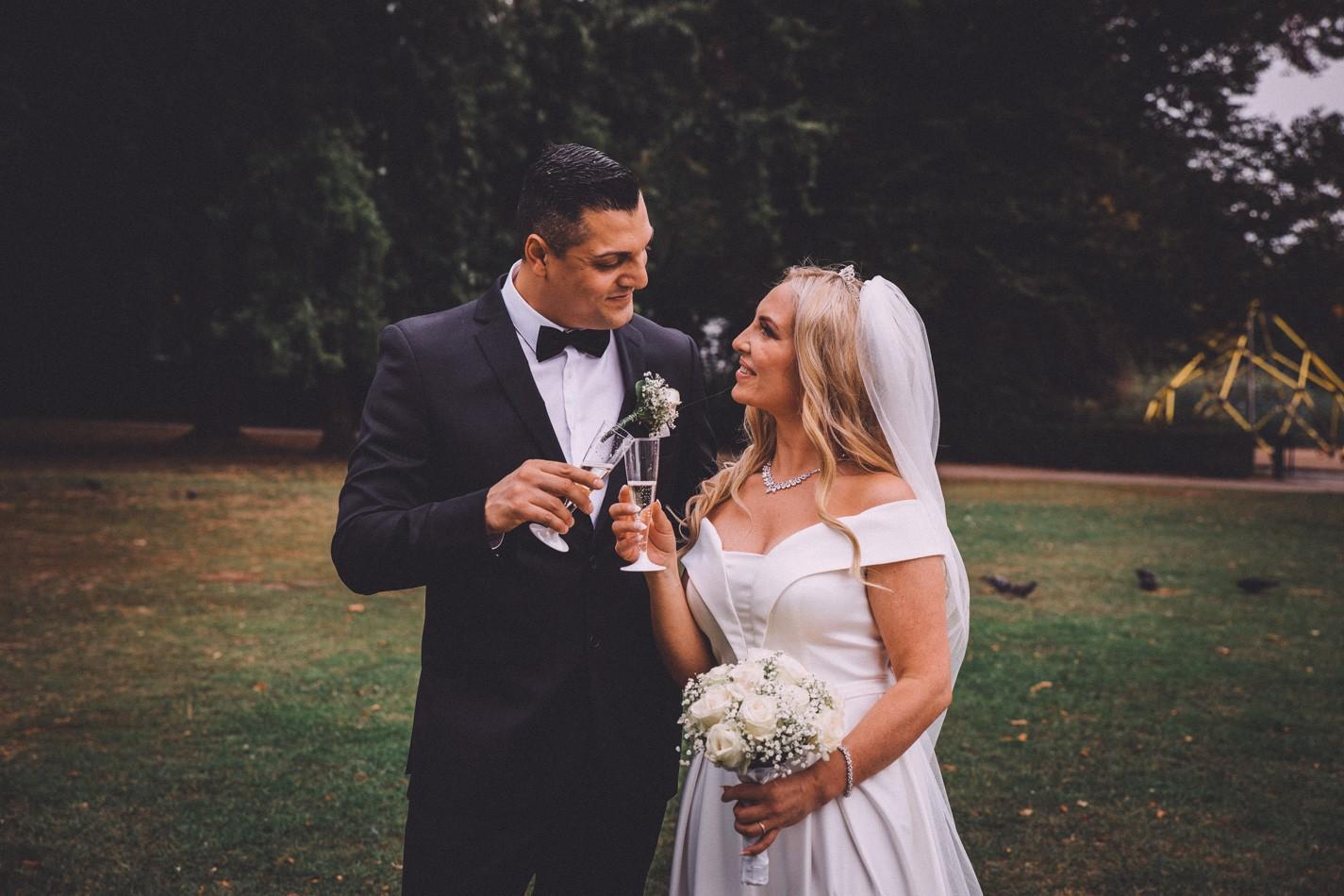 Braut und Bräutigam vor der Rathaus Altona