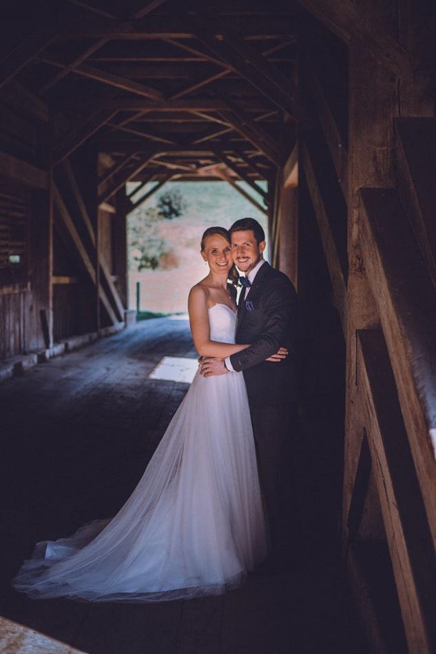 Braut und Bräutigam während Hochzeitsfotoshooting in Appenzell, Schweiz