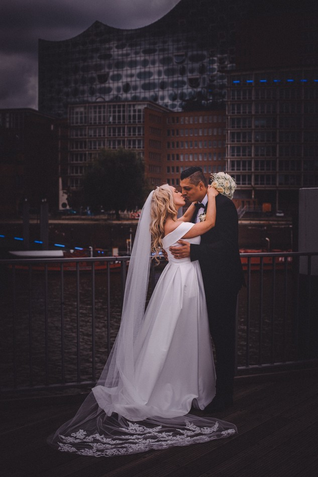 Braut und Bräutigam während der Hochzeit in Hamburg