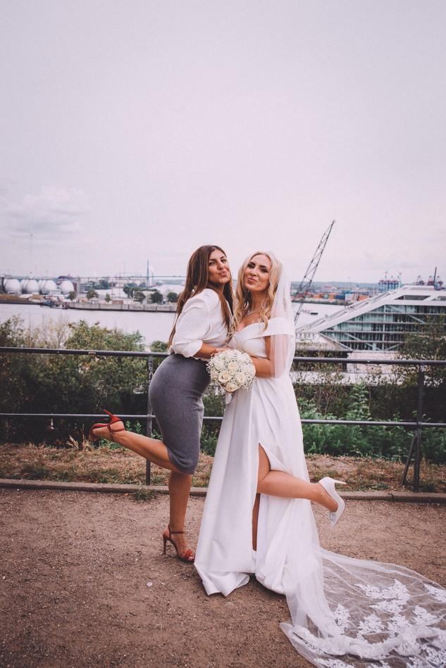 Braut und Trauzeugin während Hochzeitsfotoshooting in Hamburg