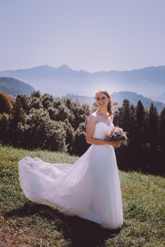 Braut während Hochzeitsfotoshooting in Appenzell, Schweiz