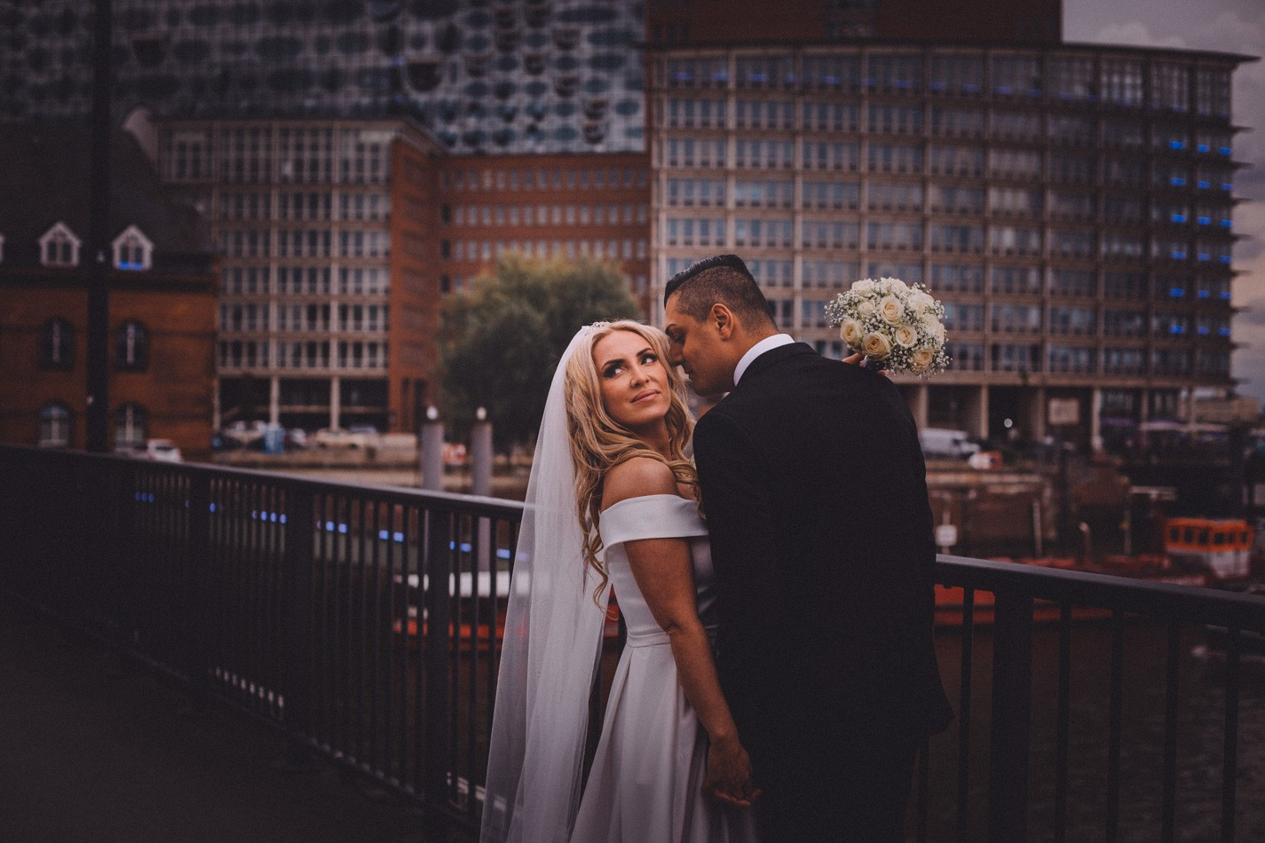Hochzeitsfotoshooting in der Nähe von Elbphilarmonie in Hamburg