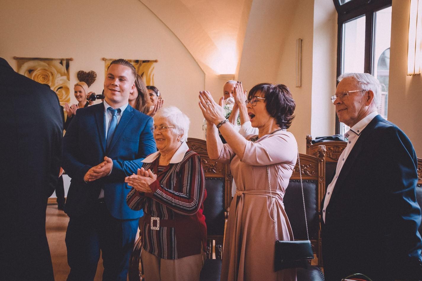 Hochzeitsgäste in Altonaer Rathaus