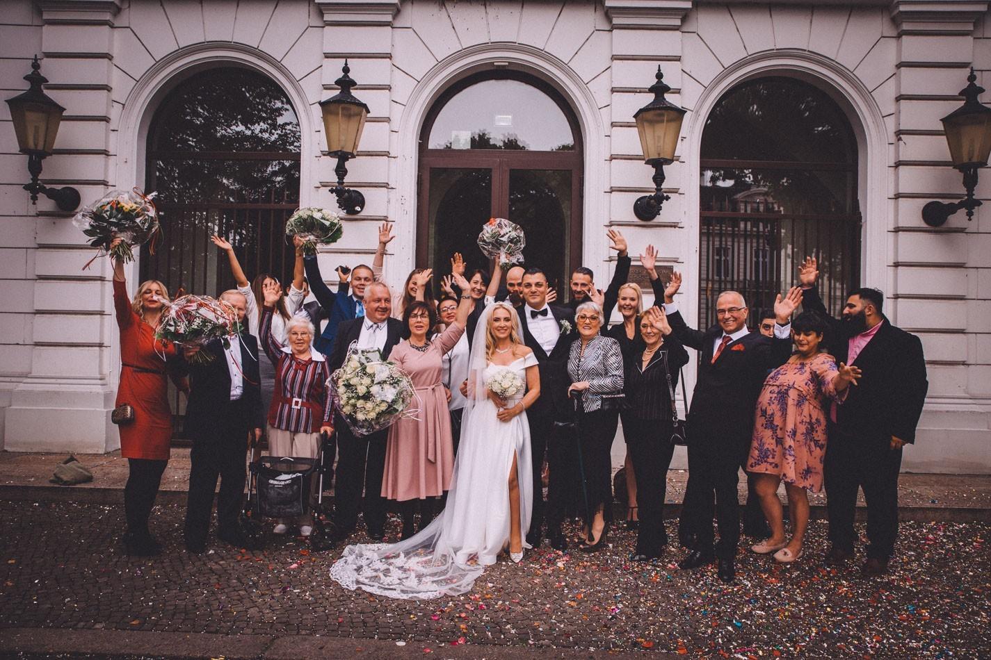 Hochzeitsgäste vor Altonaer Rathaus in Hamburg