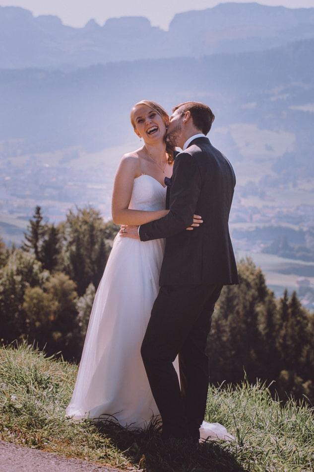 Lustige Hochzeitsfotos in Appenzell, Schweiz