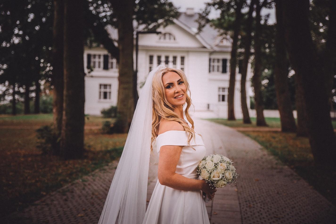 Wunderschöne Braut im Villa im Heinepark