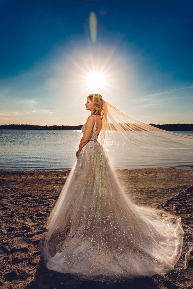 Braut während Hochzeitsfotoshooting in Neumünster am Einfelder See