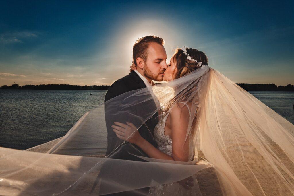 Brautpaar in Einfelder See in Neumünster während Hochzeitsfotoshooting
