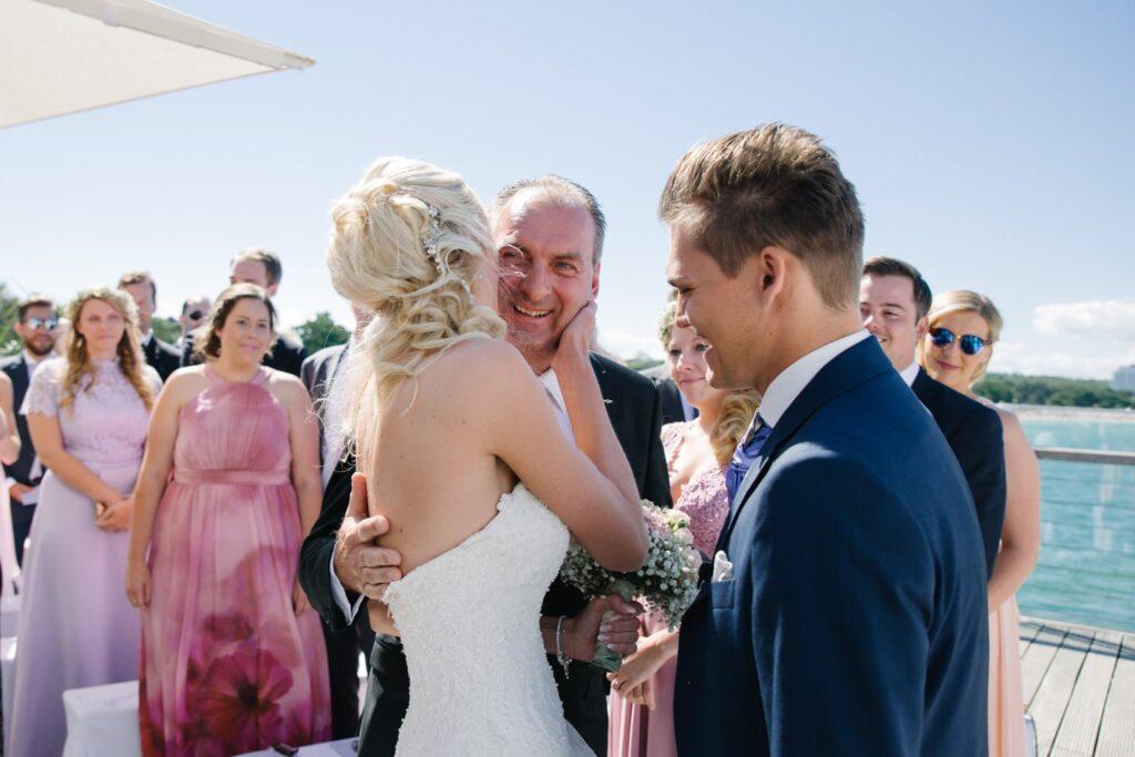 Braut, Vater und Bräutigam im Wolkenlos