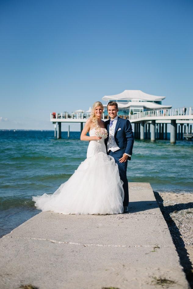 Braut und Bräutigam am Strand in Lübeck