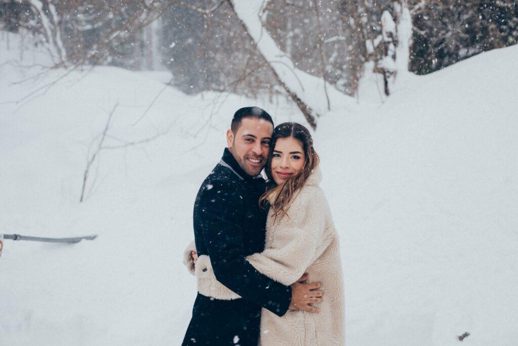 Braut und Bräutigam im Winter in der Schweiz