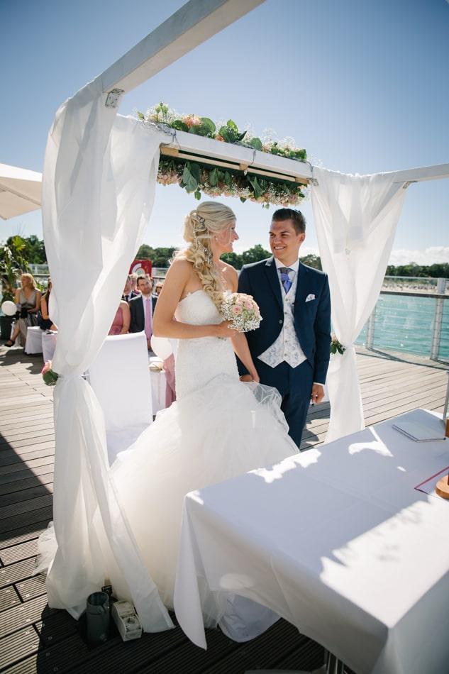 Braut und Bräutigam im Wolkenlos