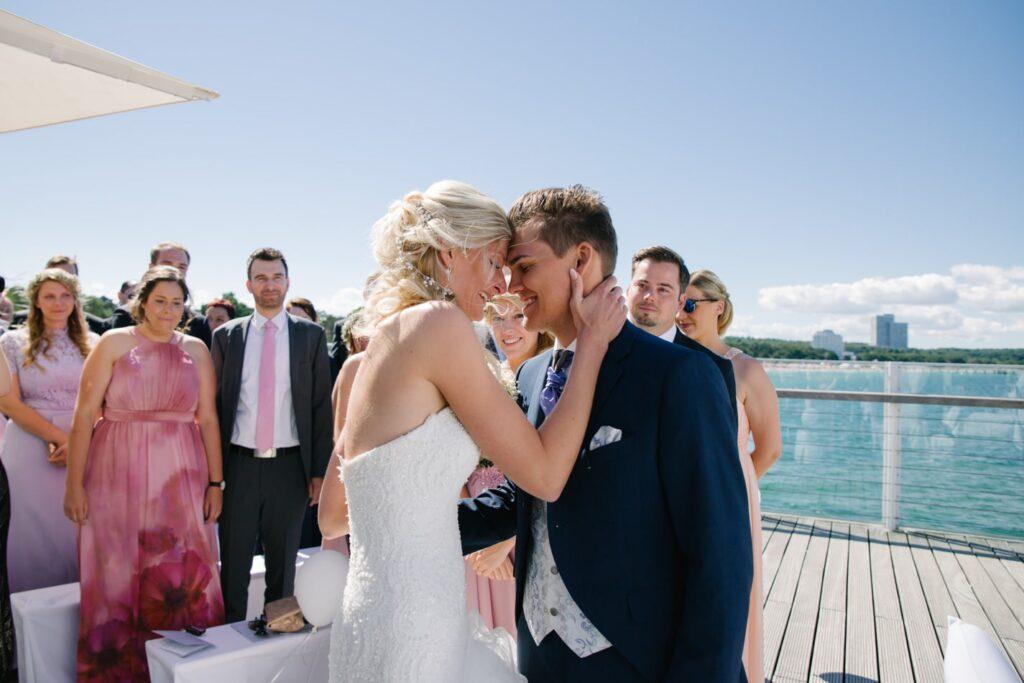 Braut und Bräutigam während Hochzeit im Wolkenlos am Timmendorfer Strand