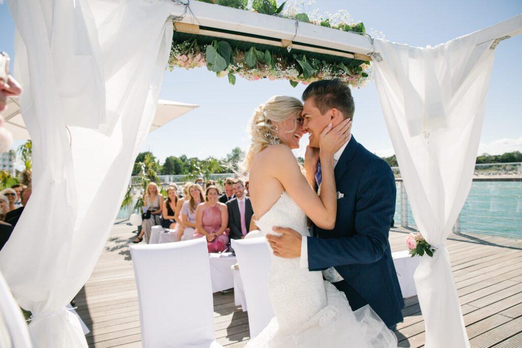 Braut und Bräutigam während freie Trauung im Wolkenlos