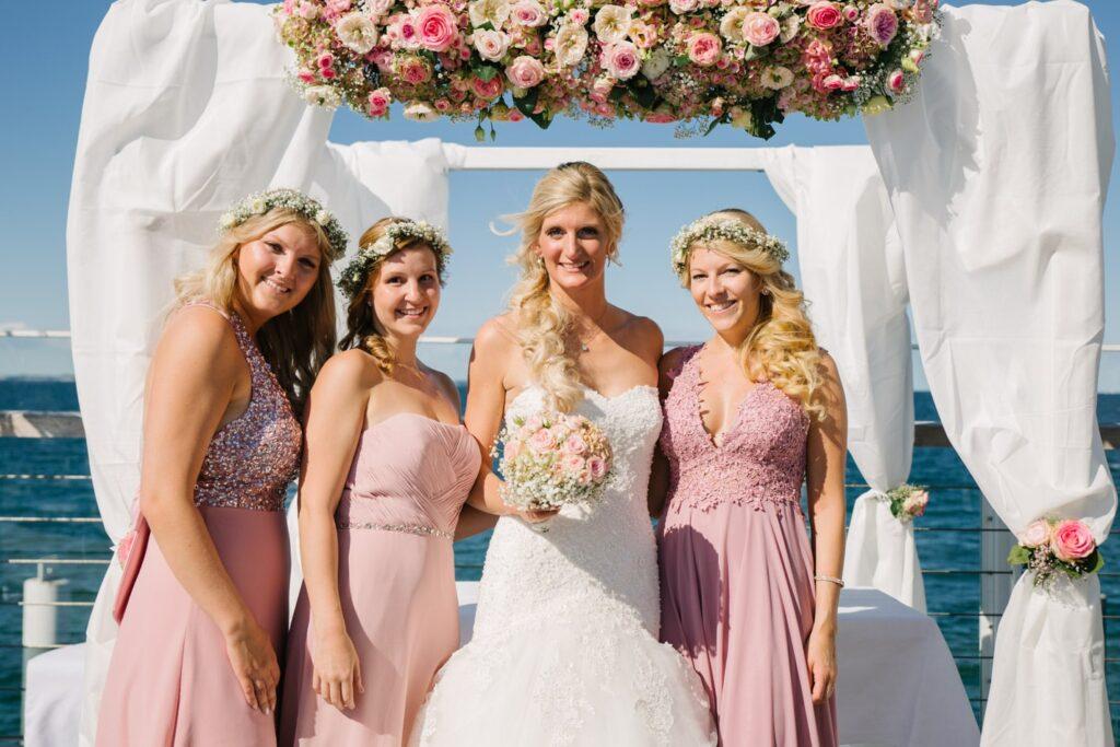 Braut und Brautjungfern im Wolkenlos