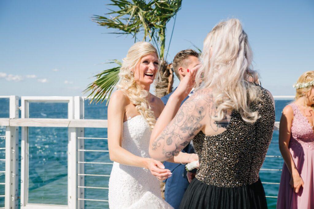 Braut und Freunde im Wolkenlos am Timmendorfer Strand