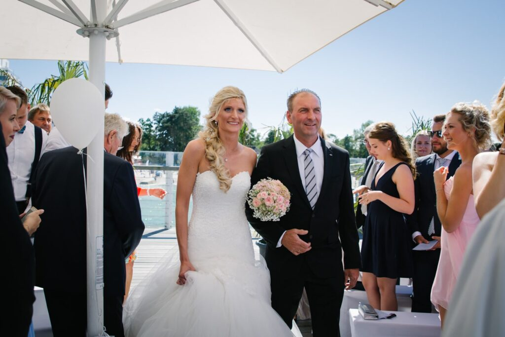 Braut und Vater während freie Trauung im Wolkenlos