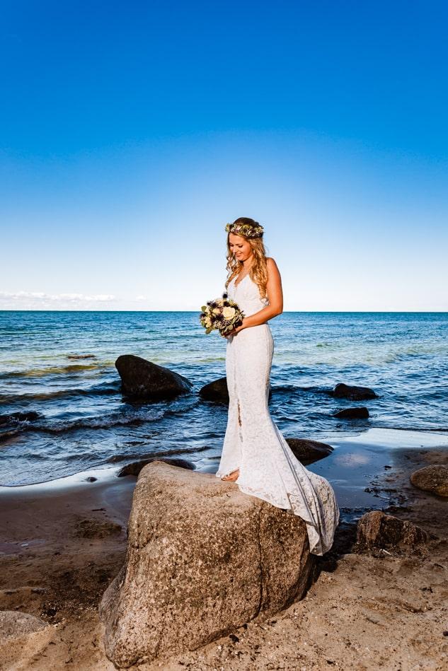 Braut während Hochzeitsfotoshooting auf Fehmarn