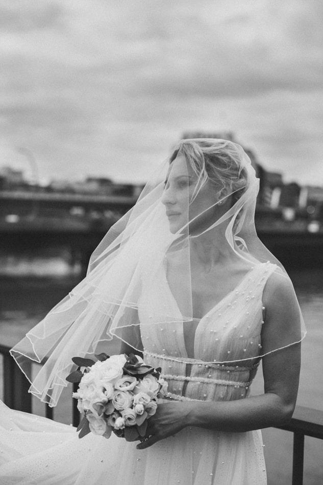 Braut während Hochzeitsreportage in Hamburg