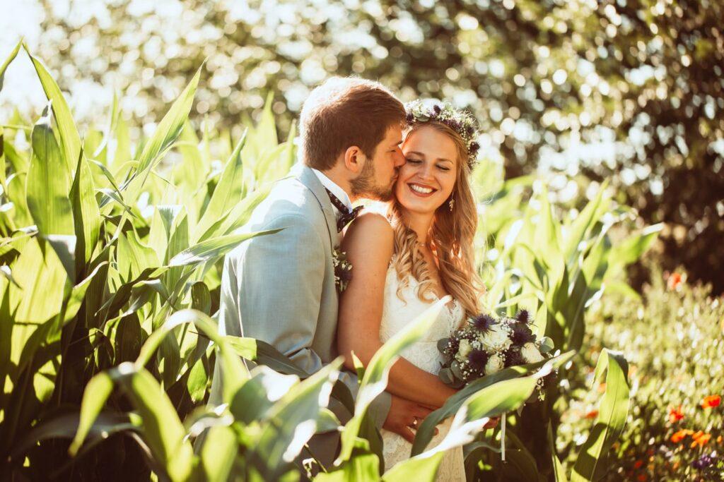 Brautpaar während Hochzeitsfotoshooting auf Fehmarn