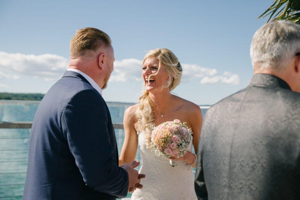 Glückliche Braut im Wolkenlos