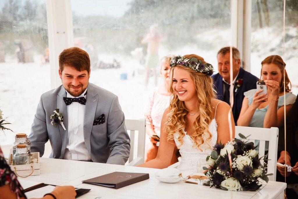 Braut und Bräutigam während Hochzeit auf der Südstrand auf Fehmarn