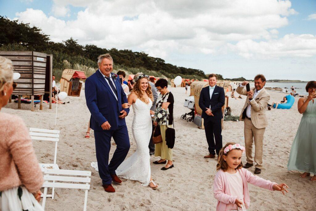 Braut und Vater während Hochzeit auf Fehmarn