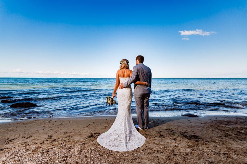 Brautpaar während Hochzeitsshooting auf der Insel Fehmarn