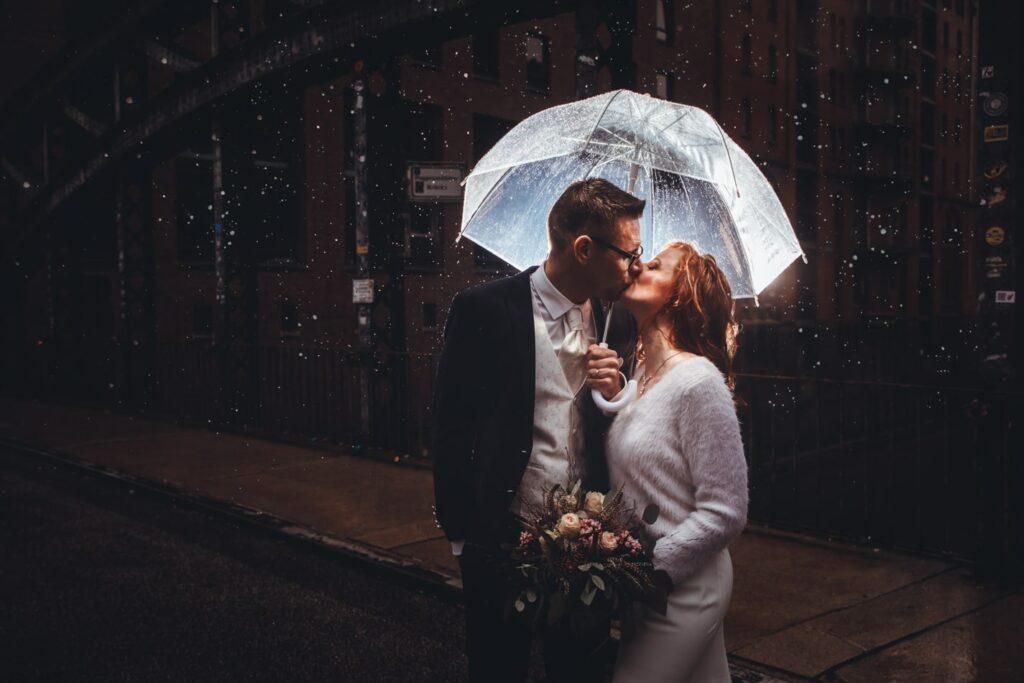 Hochzeitsfotoshooting im Regen in Hamburg