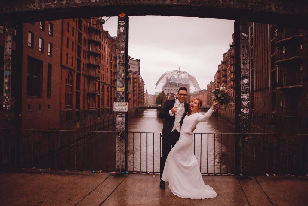Hochzeitsfotoshooting im Regen in Speicherstadt in Hamburg