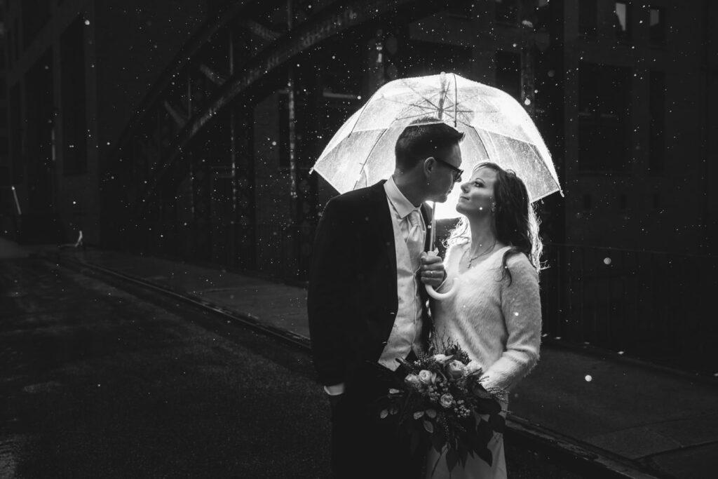 Hochzeitsfotoshooting während des Regens in Hamburg