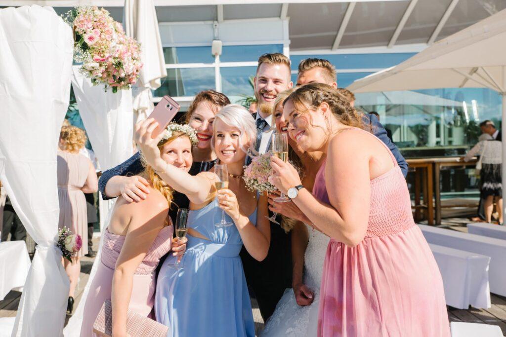 Hochzeitsgäste im Wolkenlos am Timmendorfer Strand in Lübeck