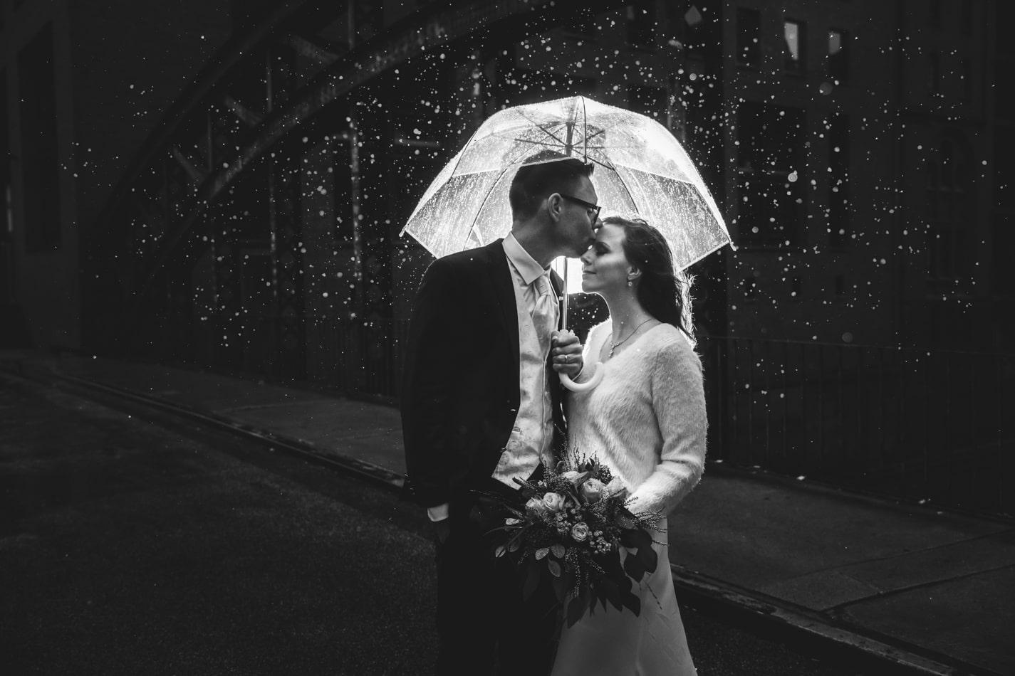 Hochzeitsreportage im Regen in Hamburg