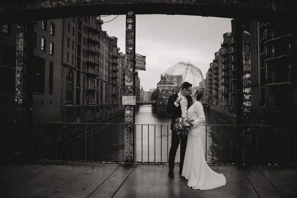 Hochzeitsreportage im Regen in Speicherstadt, Hamburg