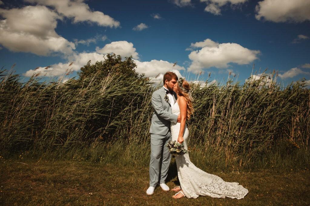 Brautpaar während Hochzeitsshooting auf Fehmarn