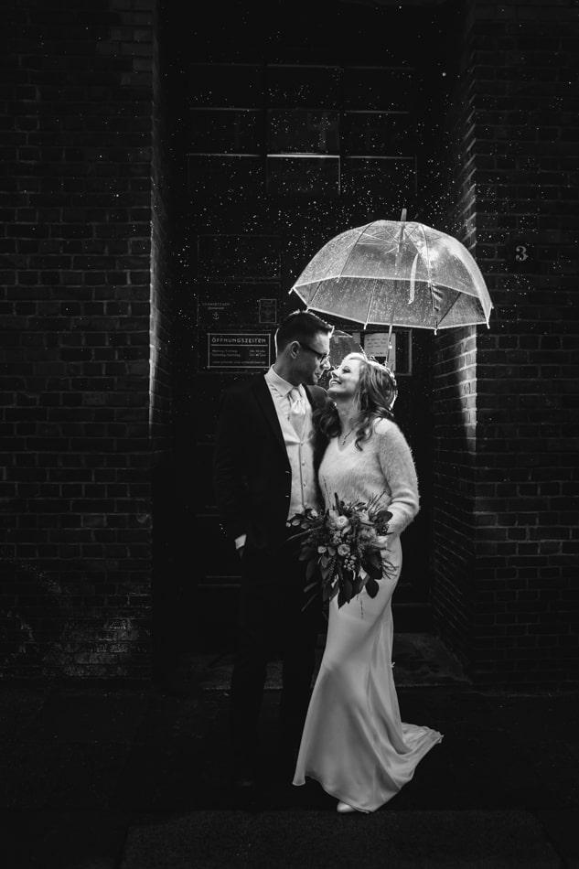 Kreative Hochzeitsfotos im Regen in Hamburg