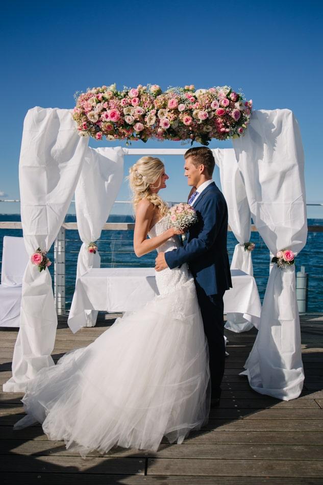 Schöne Brautpaar im Wolkenlos