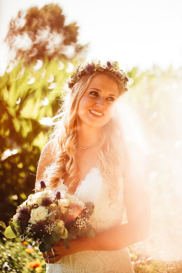 Wunderschöne Braut während Hochzeitsfotoshooting auf Fehmarn